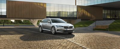 Skoda superb kombi in silber front